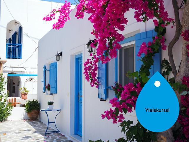 Kreikkalainen valkoinen talo, jossa on sininen ovi ja ikkunanpuitteet