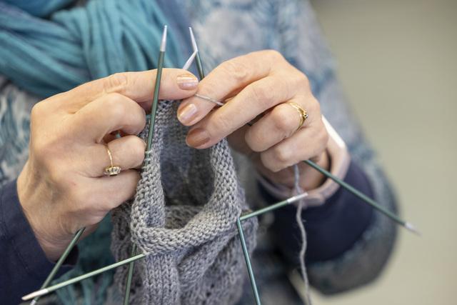 neulojan kädet ja neule