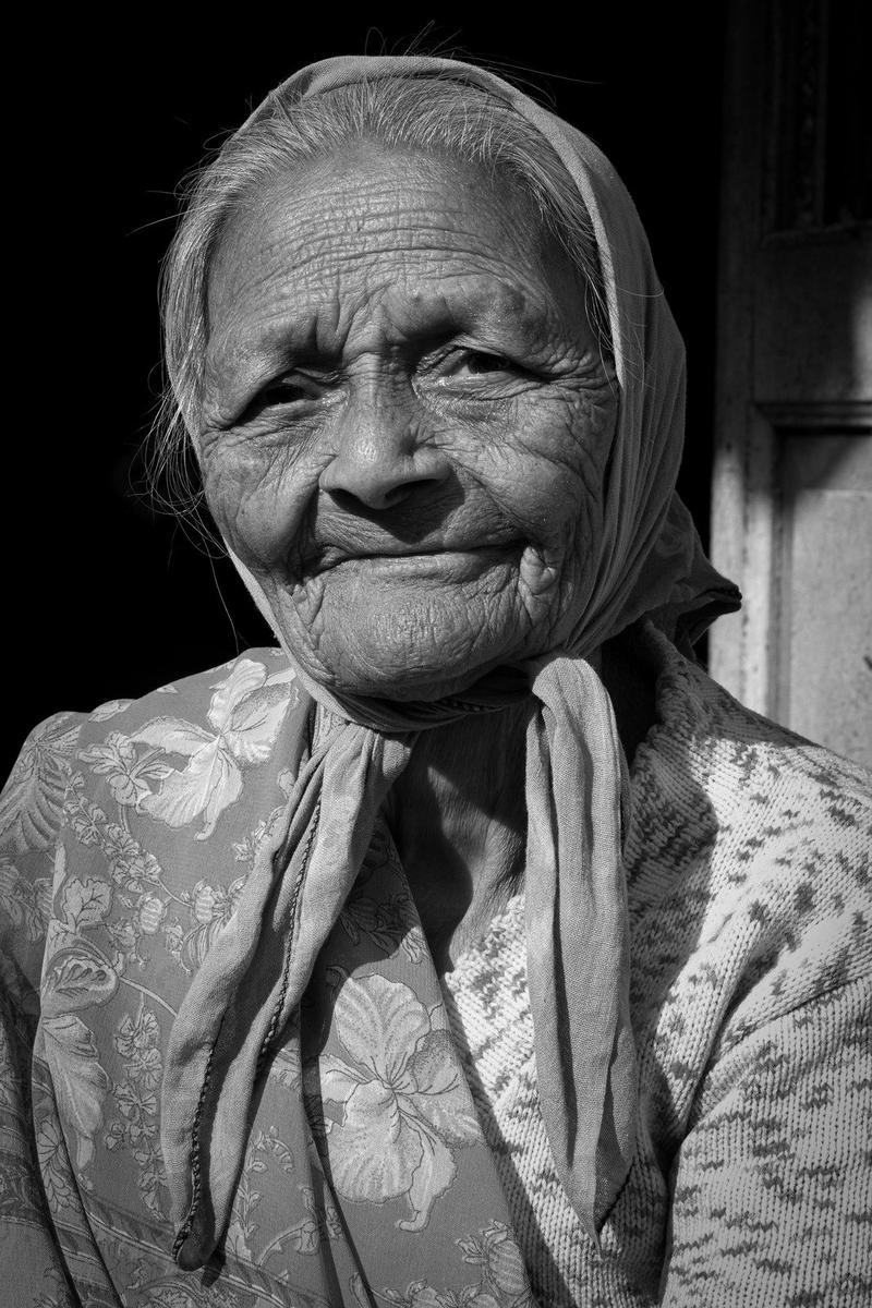 Vanhan naisen ryppyiset kasvot