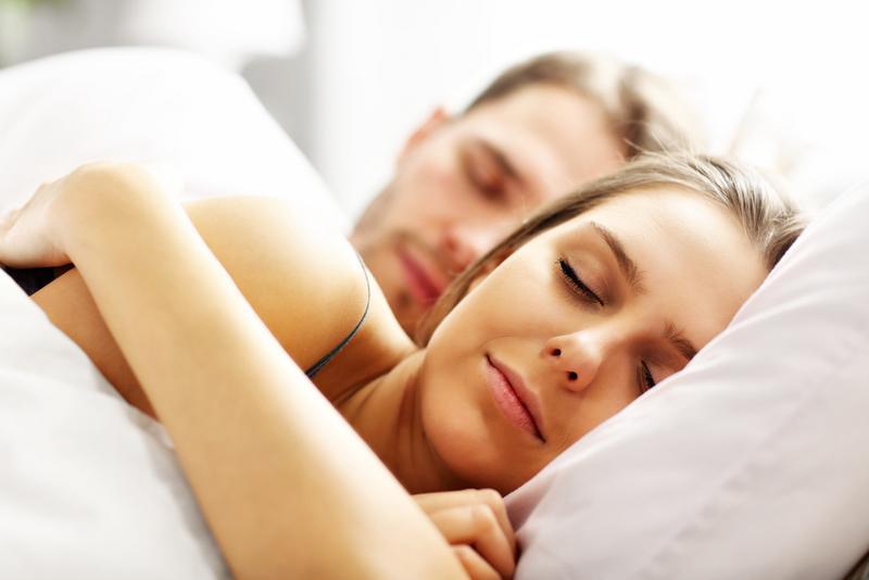 Nukkuva pariskunta